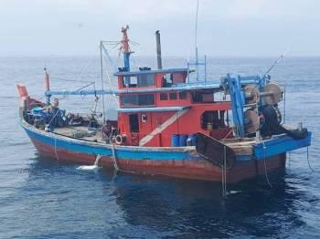 Bot kelas C dinaiki tiga nelayan tempatan terbabit dikesan semasa rondaan Op Benteng kira-kira jam 11.05 pagi Ahad.