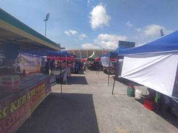 Reruai bazar Ramadan Stadium Darul Aman, Alor Setar disusun dengan penjarakan antara satu sama lain.