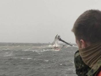 Sebuah kapal cari gali dan gas, Seacor Power karam di luar pantai Louisiana, Amerika Syarikat akibat ribut pada Selasa lalu. - Foto Pasukan pengawal Pantai Amerika Syarikat