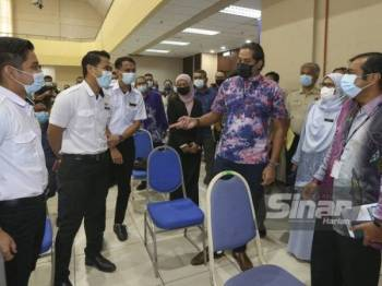 Khairy (tiga dari kanan) melawat Pusat Pemberian Vaksin (PPV) di Dewan MBS, Seremban pada Khamis.