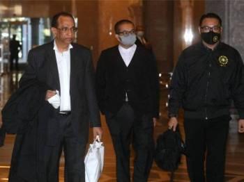 Sithambaram (kiri) ketika hadir di Mahkamah Rayuan. - Foto Bernama