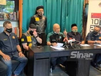 Nadzim (tengah) bersama beberapa NGO lain pada sidang media di Kuala Lumpur.
