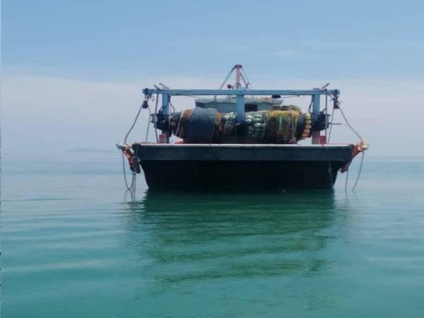 Bot penangkapan zon C yang ditahan. - Foto Jabatan Perikanan Johor