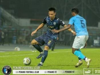 Antara aksi menarik pertemuan PJ City menentang Penang di Petaling Jaya pada Ahad. - Foto Penang FC