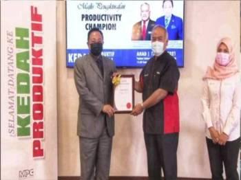 Ammar (kiri) menerima Anugerah Juara Produktiviti daripada Abdul Latif di Alor Setar pada Ahad.