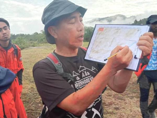 Pensyarah FSB,Encik Arham Muchtar Achmad Bahar menerangkan peta kedudukan kawasan kajian lapangan di kawasan Jeli kepada penuntut UMK.