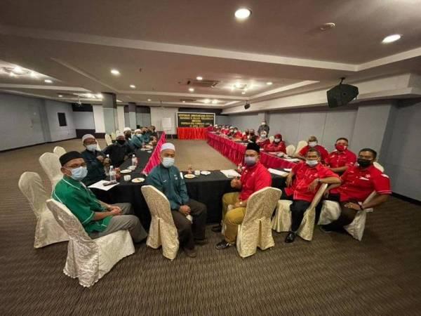 Mohd Hassuandi (hadapan, tiga kanan) turut mempengerusikan mesyuarat bahagian bersama Pas Kawasan Larut pada 11 April lalu.