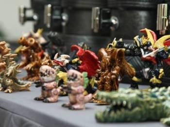 Antara hasil karya oleh Izzuddin Isham, 28, iaitu karakter patung kecil (figurine) berketinggian kira-kira 10 sentimeter yang mendapat permintaan tinggi adalah Wargreymon dari animasi Digimon, Groudon (Pokemon) dan Gomora (raksasa daripada siri Ultraman). - Foto Bernama