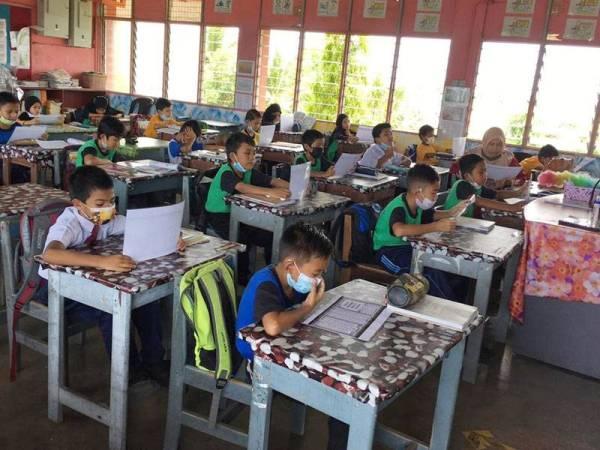 Murid-murid di SK Tebengau turut mengikuti World #QuranHour di kelas masing-masing.