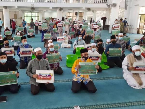 Syed Ibrahim (depan, tengah) hadir pada majlis World #QuranHour di Masjid KUIPSAS, Kuantan pada Khamis.