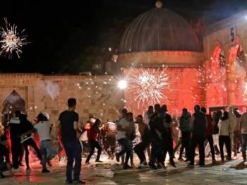 Rejim Zionis melemparkan bom tangan pegun ke arah penunjuk perasaan ketika pertempuran ganas tercetus di pekarangan al-Aqsa pada Jumaat. - Foto: AFP