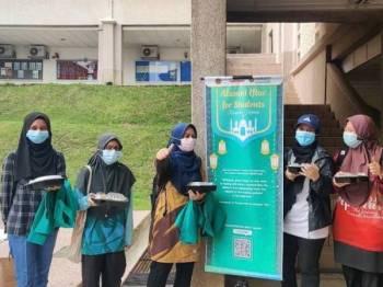 Mahasiswa UIAM menerima manfaat sumbangan hasil Tabung Iftar dan Tabung ALSAFA yang digerakkan Bahagian Perhubungan Alumni UIAM.
