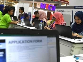LinkedIn mengenal pasti 15 syarikat utama di Malaysia terus mengambil pekerja baharu walaupun berlaku pandemik yang telah menjejaskan aktiviti perniagaan. (Gambar hiasan - Foto Bernama)