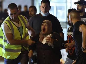 Seorang wanita Palestin cedera terkena peluru getah dilepaskan tentera Israel di Baitulmaqdis Timur. - AFP