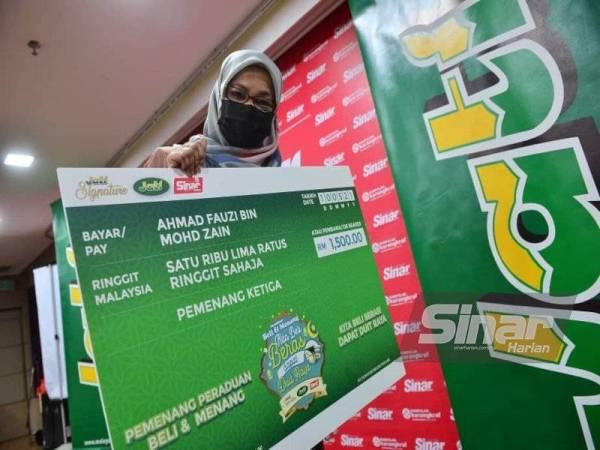 Wakil pemenang tempat ketiga bergambar bersama replika cek bernilai RM1,500.
