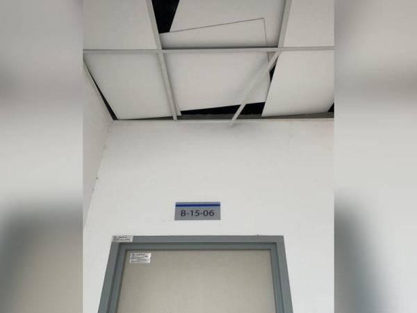 Kepingan siling di tingkat 15 Apartmen Serunai, Bandar Bukit Raja, Klang yang beralih kedudukan akibat tiupan angin kuat.
