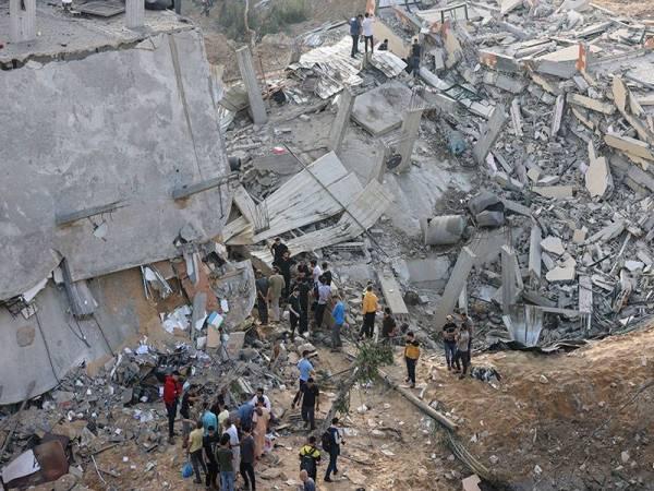 Sekumpulan penduduk Palestin di utara Genting Gaza memeriksa bangunan yang musnah dibom rejim Zionis.