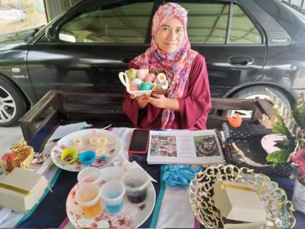 Nurul Fairuz menunjukkan telur asin dan produk kraf yang dihasilkan dari ayam belanda.