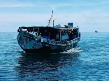 Bot nelayan yang ditahan pada Jumaat kerana terdapat PATI bekerja di dalamnya.