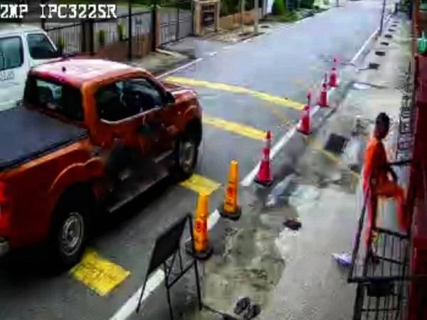 Perlakuan lelaki yang menendang pintu pagar masjid dirakam CCTV pada Jumaat lalu.