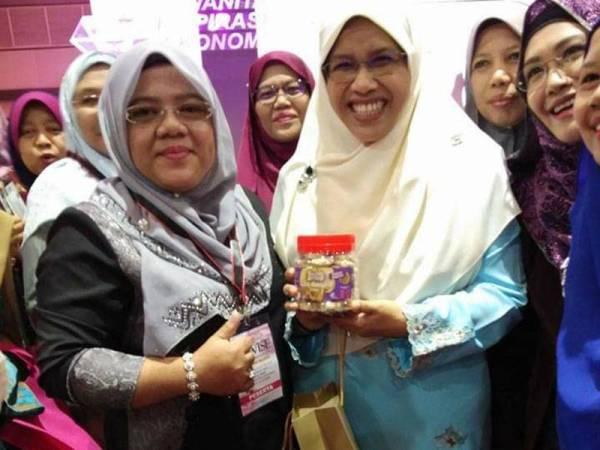 Erni (kiri) bersama Exco Pembangunan Usahawan, Pembangunan Luar Bandar, Desa dan Kampung Tradisi Selangor, Rodziah Ismail ketika mengikuti seminar keusahawan yang dianjurkan.