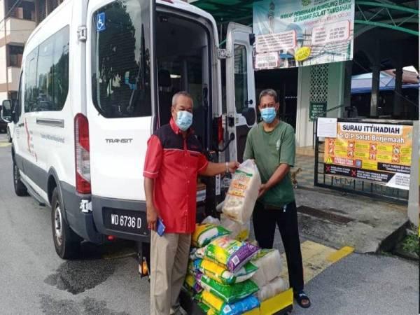 Antara penyumbang yang memberikan sokongan projek Gerobok Rezeki Surau Ittihadiah, Selayang Baru.