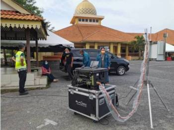 JAS Terengganu memasang alat pengawasan kualiti udara dalam kawasan Masjid Hadhari Paka, Dungun pada petang Ahad.