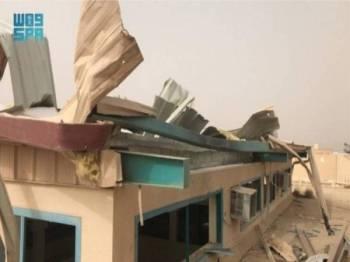 Bumbung sebuah sekolah rosak selepas sebuah dron kumpulan Houthi dari Yemen terhempas  di Asir, selatan Arab Saudi. - Foto SPA