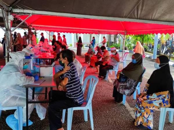 Penduduk di Taman Temerloh Jaya Temerloh menjalani ujian saringan Covid-19 sejak lokaliti itu dikenakan PKPD bermula Sabtu lalu.