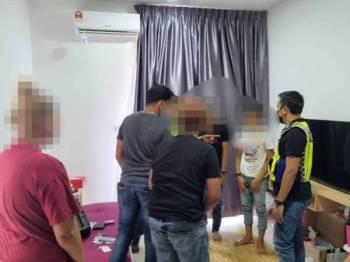 Polis melakukan pemeriksaan di lokasi serbuan pertama di sebuah apartment mewah di Jalan Chain Ferry di sini, pada Selasa.