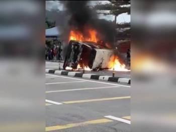 Keadaan van yang terbakar mengakibatkan seorang wanita rentung.