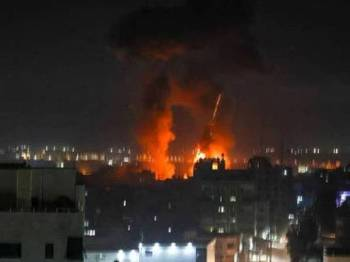 Gambar fail menunjukkan letupan berlaku akibat serangan jet-jet Tentera Udara Israel di bandar Gaza pada Rabu lalu. - Foto AFP
