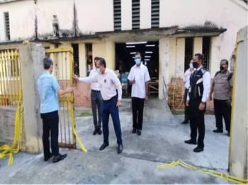 Jagdeep (tengah) hadir ke Pasar Awam Jalan Perak pada Jumaat untuk meninjau pembukaan semula pasar tersebut selepas seminggu ditutup.