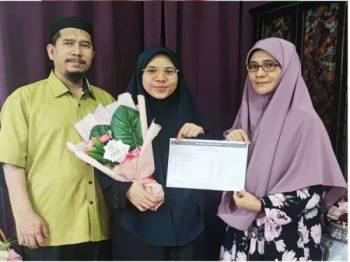 Nur Aina Mutmainnah di samping ibunya, Norhayati dan bapanya, Mohd Hanifuddin.