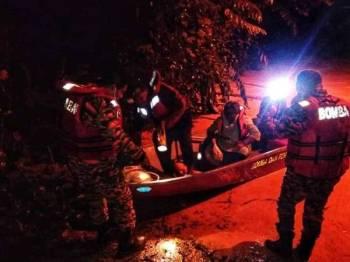 Sepasang suami isteri berjaya diselamatkan anggota bomba selepas terperangkap dalam banjir kilat di Kampung Kuala Lanar, Kuala Lipis pada Khamis. - Foto: Ihsan Bomba