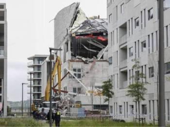 Memandangkan sekolah masih dalam pembinaan, tiada pelajar yang hadir ketika kemalangan itu berlaku. - Foto EPA