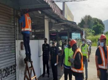 Operasi pemotongan bekalan elektrik dijalankan polis bersama TNB ke atas premis yang dikesan menjalankan kegiatan perjudian, pada Khamis.