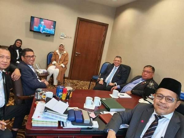Shahidan dikunjungi menteri dan bekas menteri di bilik PNBBC di bangunan Parlimen pada Sidang Dewan Rakyat pada Disember tahun lalu.-Sumber: Facebook Shahidan