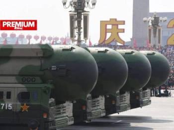 Gambar fail menunjukkan peluru berpandu balistik yang mampu membawa bom nuklear semasa perarakan tentera China di Dataran Tiananmen, Beijing.