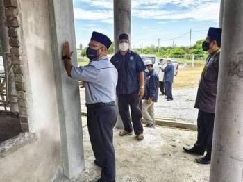 Asmadi (kiri) melawat surau Pondok Ribat Sullamuttaufiq, Pekan.