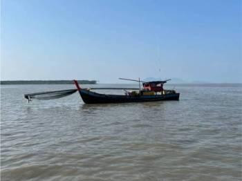 Maritim Malaysia Perak mengesan sebuah bot pukat rawa sorong didapati melakukan aktiviti perikanan di zon larangan di Pantai Remis pada Rabu. - Foto Ihsan Maritim Perak
