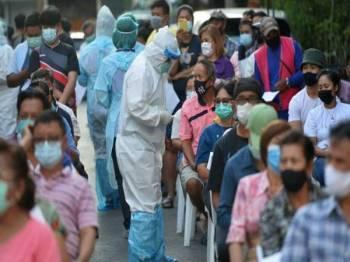 Pada Khamis, kes Covid-19 Thailand mencatatkan satu lagi rekod tertinggi dengan 17,669 kes baharu dan 165 kematian dilaporkan dalam tempoh 24 jam.