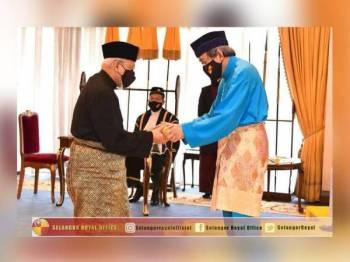 Sultan Sharafuddin (kanan) berkenan mengurniakan pangkat gelaran Sahibul Fadhilah Al-'Alim Al-'Arif kepada Mohd Tamyes (kiri). - Foto ihsan FB Selangor Royal Office