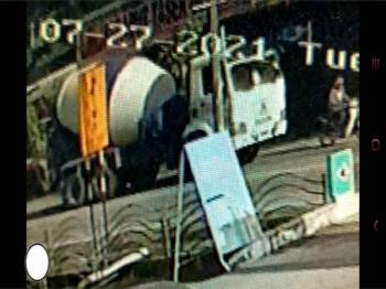 Lori simen berwarna putih yang merempuh sebuah motosikal di Jalan Tasek Gelugor, Pulau Pinang pada 27 Julai lalu.
