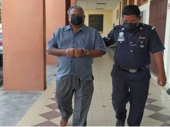Sarajun Hoda (kiri) yang didakwa atas tuduhan mengeluarkan hantaran jelik mengenai agama Islam di laman Facebook mengaku tidak bersalah di Mahkamah Sesyen Taiping di sini pada Selasa.