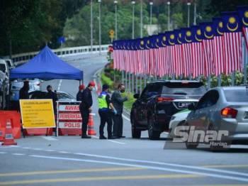 Suasana di perkarangan laluan masuk Parlimen dikawal ketat oleh pihak berkuasa. - Foto Sinar Harian ASRIL ASWANDI SHUKOR