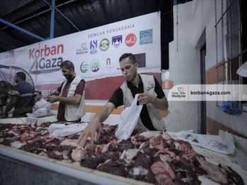 Pasukan CGM sedang menyediakan daging korban untuk diagihkan kepada penerima di Semenanjung Gaza.