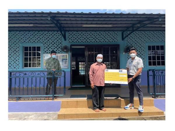 Pengurusan Surau Kampung Setanggi juga turut menerima sumbangan tunai daripada Muhammad Saifu.