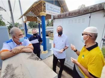 Mohammad Fakhruddin (dua, kanan) mengadakan lawatan kerja bersama SKMM di DUN Kerdau dan Jenderak bagi memastikan kerja-kerja menaiktaraf liputan internet dapat disegerakan.