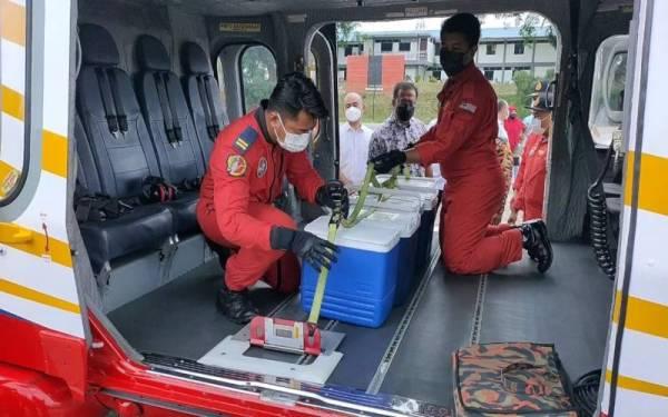 Abdul Rahman melihat bekalan vaksin Cansino yang dihantar menggunakan helikopter JBPM ke tiga lokasi termasuk Pos Lejang, Pos Titom dan Pos Sinderut pada Ahad.